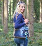 Model Elischeba präsentiert ihr Outfit im Wildpark