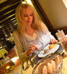 Elischeba genießt das Romantikmenü im Romantikhotel Gravenberg